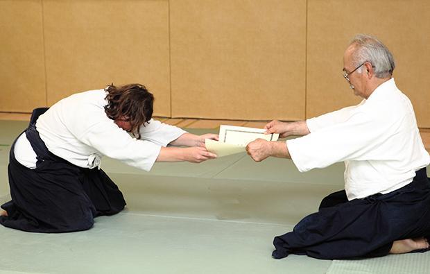 Chiba Sensei remet son diplôme de 5e Dan à Anne Ducouret